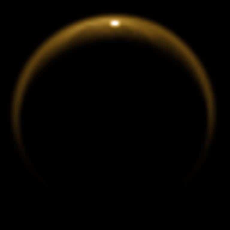 แสงสะท้อนจากทะเลสาบมีเทนบนไททัน หนึ่งในภาพประวัติศาสตร์ของยานแคสสินี ถ่ายเมื่อวันที่ 8 กรกฎาคม ค.ศ. 2009 (Cr. NASA/JPL/University of Arizona)