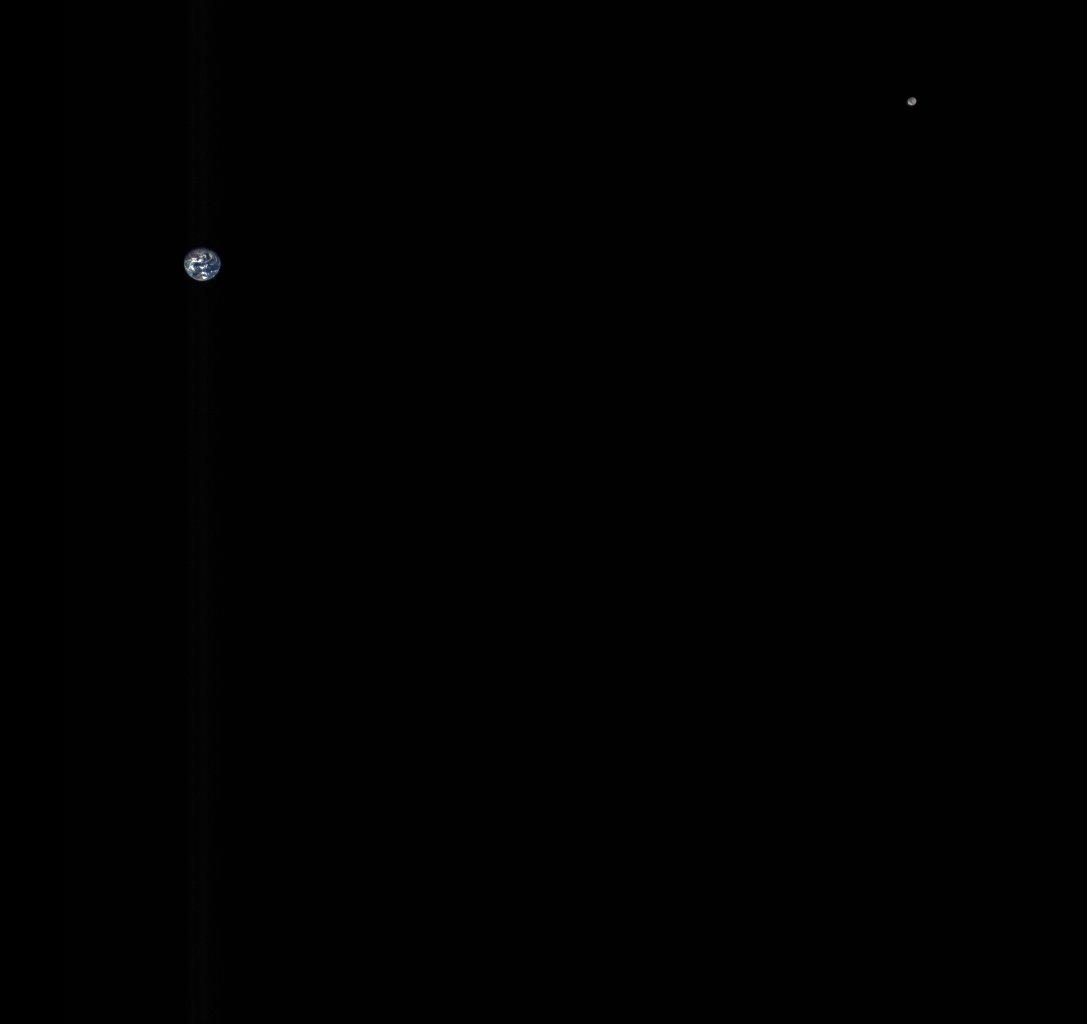 ระยะห่างของดวงจันทร์ (Moon) เทียบกับโลก ถ่ายจากยาน OSIRIS-REx (source: NASA)